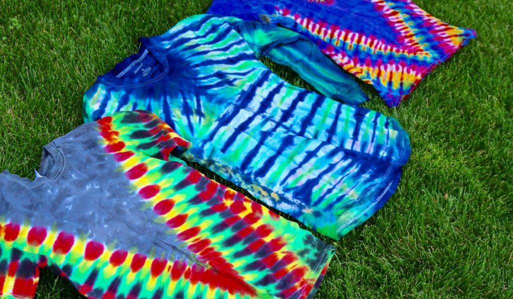 t-shirts dyed with v-shaped accordion fold